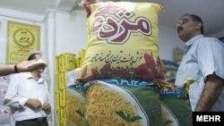 بر اساس گزارش گمرك ايران، نزديك به يك و نيم ميليون تن برنج به ارزش يك ميليارد دلار در سال ۸۸ وارد ایران شده كه در مقايسه با ميزان واردات برنج در سال قبل از آن رشدى ۳۴ درصدى داشته است.