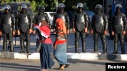 Женщины на акции против сексуального насилия в Каире перед бойцами полицейского спецназа. 2014 год