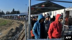 Pamje e migrantëve duke pritur që të kalojnë nga kufiri i Greqisë në Maqedoni në vendkalimin Idomeni
