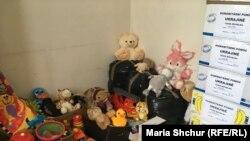Подарунки, зібрані в Центрі гуманітарної допомоги Україні, чекають на від'їзд на Донбас