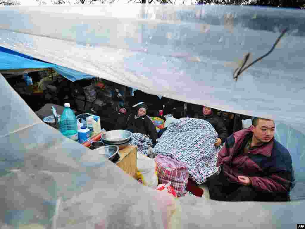 Более двухсот гастарбайтеров из Китая живут в палаточном городке у китайского посольства в Бухаресте, в надежде получить деньги на возвращение домой