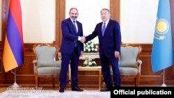 Таджикистан - премьер-министр Армении Никол Пашинян (слева) и президент Казахстана Нурсултан Назарбаев, Душанбе, 28 сентября 2018 г.