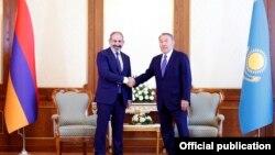 Премьер-министр Армении Никол Пашинян (слева) и президент Казахстана Нурсултан Назарбаев (архив)