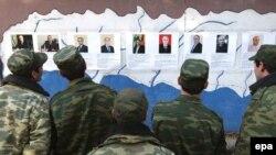 Soldaţi abhazi în faţa unui panou cu candidaţii la preşedinţie