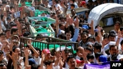 Shi'ite Muslims shout slogans as they carry coffins of co-religionists during a funeral ceremony in Quetta. (file photo)