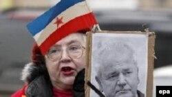 Москва едва ли станет местом последнего успокоения Слободана Милошевича. Российские коммунисты протестуют против его «убийства» у здания посольства США