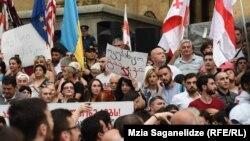 Gürcüstan parlamentinin qarşısında etiraz aksiyası