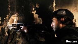 Боец оппозиционной Свободной сирийской армии. Пригород Алеппо