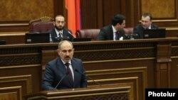 Премьер-министр Никол Пашинян в парламенте, 15 апреля 2020 г.
