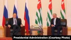 После завершения встречи Рауль Хаджимба и Сергей Лавров вышли к журналистам, проинформировали об обсуждавшихся темах и ответили на вопросы
