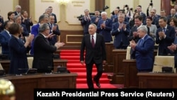 Бывший президент Казахстана Нурсултан Назарбаев спускается вниз во время церемонии приведения к присяге Касым-Жомарта Токаева в качестве исполняющего обязанности президента Казахстана на совместном заседании палат парламента в Астане, Казахстан, 20 марта 2019 года.