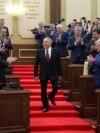 Қазақстанның тұңғыш президенті Нұрсұлтан Назарбаев Қасым-Жомарт Тоқаевтың президент ретінде қызметіне кіріскен күні баспалдақтан түсіп келеді. 20 наурыз 2019 жыл.