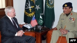 U.S. Defense Secretary Robert Gates (left) with Pakistani Army Chief General Ashfaq Kayani in Rawalpindi on January 21