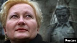 Svetlana Broz pored spomenika Titu u Sarajevu, foto iz arhive