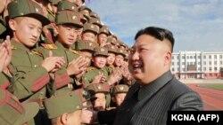 Северокорейский лидер Ким Чен Ын со студентами Революционной школы Мангендэ.