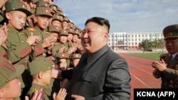 Түндүк Корея лидери Ким Чен Ын аскерлер менен. 15-октябрь, 2017-жыл.