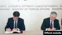 Армения - Совместная пресс-конференция глав МИД Армении и Словакии - Эдварда Налбандяна и Мирослава Лайчака (справа), Ереван, 10 апреля 2013 г.
