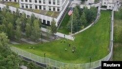 Поліцейські проводять слідчі дії на території посольства США в Україні, Київ, 8 червня 2017 року