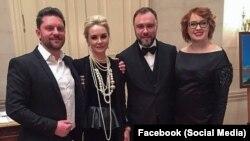 На фото: Дмитро Огньов із дружиною (л) і Гліб Загорій із дружиною (п)