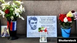Ресей оппозиционері Борис Немцов қаза болған жердегі халық орнатқан мемориал.