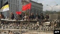 Защитники Белого дома на баррикаде. Москва, 1 октября 1993 года.