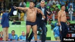 Рио 2016 Олимпияданинг энг кучли эҳтироси ҳакамлар қароридан норозилик сифатида Монголия мураббийсининг рингда ечиниши бўлди