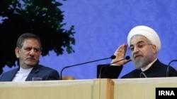 اسحاق جهانگیری (سمت چپ) از افشای «مصوبات به کلی سری» ستاد تدابیر ویژه اقتصادی توسط مخالفان دولت انتقاد کرد.