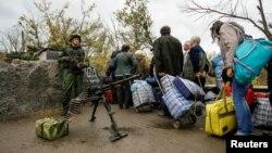Иллюстрационное фото. Мирные жители на блокпосте пророссийских боевиков, Станица Луганская, октябрь 2016 года