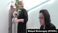 Юлия Козлова, журналист (справа), в зале суда. Алматы, 15 февраля 2016 года.