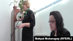 Журналист Юлия Козлова (оң жақта) сот залында отыр. Алматы, 15 ақпан 2016 жыл