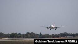 Самолет заходит на посадку в аэропорту «Манас». Иллюстративное фото.