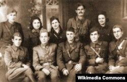 Првиот претседател на Президиумот на АСНОМ, Методија Андонов Ченто, со група македонски партизани.