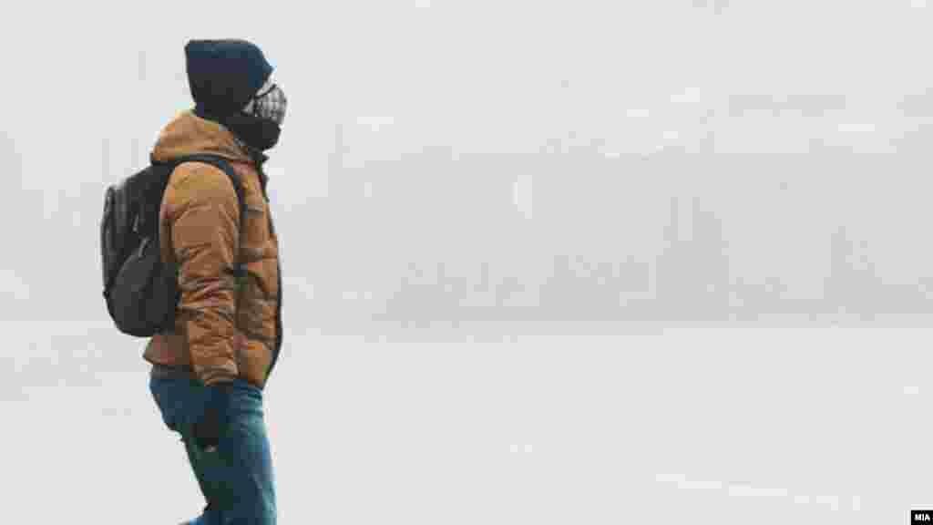 МАКЕДОНИЈА - Високи концентрации на загадувачи во воздухот во Скопје се измерени во првите денови во новата 2018 година. Мерните станици во сите скопски општини покажуваат повеќекратно надминување на дозволените граници на среднодневната вредност на честичките ПМ10 од 50 микрограми на метар кубен.