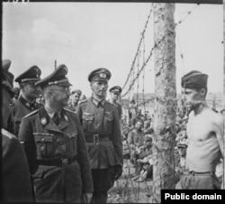 Heinrich Himmler müharibə əsirlərinə baş çəkir.