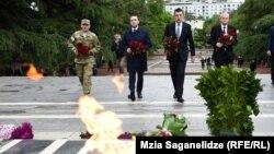 Политики с утра несут цветы к мемориалу неизвестного солдата в Тбилиси