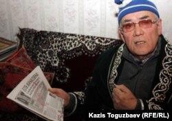 Бывший председатель КГБ Казахской ССР Закаш Камалиденов дает интервью Азаттыку в своей квартире. Алматы, 17 января 2012 года.