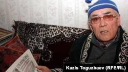 Бывший председатель КГБ Казахской ССР Закаш Камалиденов в своей квартире. Алматы, 17 января 2012 года.