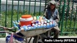 Афганский подросток продает напитки на улице. Иллюстративное фото.