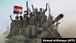 Солдаты иракской армии, празднующие освобождение Талль-Афара отгруппировки «Исламское государство», 22 августа 2017 года.