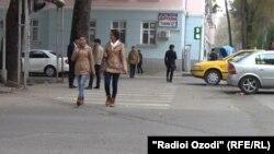 Студенты на улице в Душанбе.