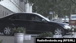І знову біля бокового заїзду до АП поряд з автівками охорони братів-бізнесменів чекало авто супроводу депутата Грановського