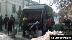 Мертвое тело младенца на мусорной свалке в Андижане нашли местные цыгане.