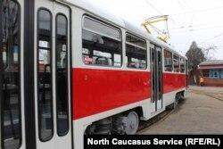 Новые трамваи окрашены в цвета российского и осетинского триколора, а также в красно-белый цвет, заводской