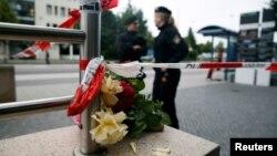 Цветы на месте вооруженного нападения в Мюнхене. 23 июля 2016 года.