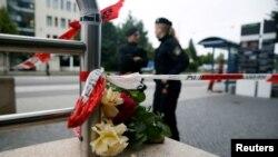 """Цветы у торгового центра """"Олимпия"""" в память о жертвах стрельбы 22 июля 2016 года"""