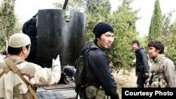 Сирияда соғысып жүрген, бет-әлпеті Орталық Азиядағы ұлт өкілдеріне ұқсас адамдар. 2013 жылы Facebook әлеуметтік желісінде жарияланған сурет.