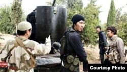 Сражающиеся на стороне сирийских повстанцев люди с азиатской внешностью. Скриншот опубликован в интернете.