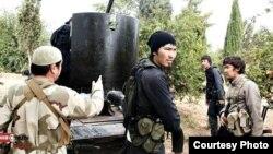 Сирияда согушуп жүргөн борбор азиялыктарга түспөлдөш адамдар.