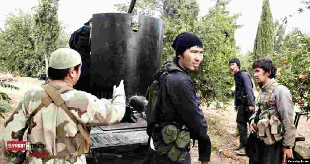 Министр иностранных дел Казахстана Ерлан Идрисов в ходе своего визита в Лондон 21 ноября заявил, что для возвращения «казахстанских джихадистов» в страну прилагаются усилия. Он сказал, что обострение ситуации с исламским радикализмом в Казахстане стало неожиданной ситуацией, вызвавшей удивление. На фото: «неизвестные азиаты», воюющие на стороне сирийских повстанцев.