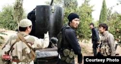 Сириядағы көтерілісшілер қатарында соғысып жүрген белгісіз азиялықтар. Интернетте жарияланған сурет.